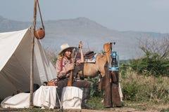 Красивая девушка Азии позаботить об ее лошадь с заботить любов стоковое фото