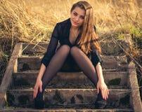 Красивая девушка брюнета сидя на лестницах Осень Фото искусства стоковые изображения rf