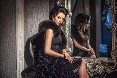 Красивая девушка брюнет в дворце стоковое изображение rf