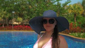 Красивая девушка в голубой шляпе около бассейна Лето Солнце Slowmotion видеоматериал