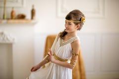 Красивая девушка в греческом платье стоковое фото