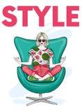 Красивая девушка в джинсах и стильной верхней части сидит в стильном стуле в представлении йоги также вектор иллюстрации притяжки бесплатная иллюстрация