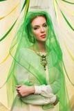 Красивая девушка в зеленой вуали стоковые фото