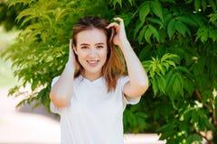 Красивая девушка в зеленом парке стоковое фото