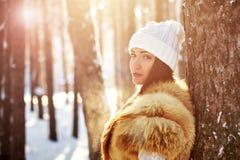 Красивая девушка в лесе зимы в теплых одеждах Стоковое Изображение