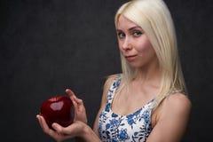 Красивая девушка в модном платье с яблоком стоковое изображение