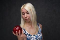 Красивая девушка в модном платье с яблоком стоковые изображения