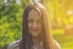 Красивая девушка в парке лета усмехаться стоковая фотография rf