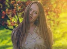 Красивая девушка в парке лета усмехаться стоковое фото