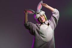 Красивая девушка в полном костюме зайчика тела Стоковые Фотографии RF