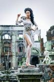 Красивая девушка в руинах города стоковое фото