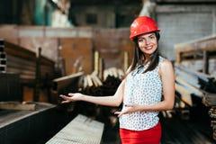 Красивая девушка в складе рекламирует товары Стоковые Фото