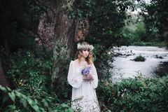 Красивая девушка в темном лесе около реки Стоковое Фото
