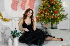 Красивая девушка в умном платье, Новый Год, рождество Стоковая Фотография RF