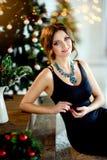Красивая девушка в умном платье, Новый Год, рождество Стоковая Фотография