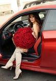 Красивая девушка в элегантном платье представляя в роскошном автомобиле с bo Стоковое Изображение RF