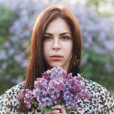 Красивая девушка держа сирень цветет Outdoors портрет Стоковые Фото