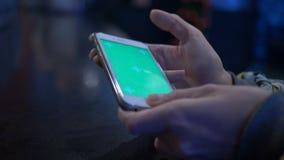 Красивая девушка держа smartphone в руках зеленого экрана зеленого цвета экрана, руку человека держа передвижной умный телефон сток-видео