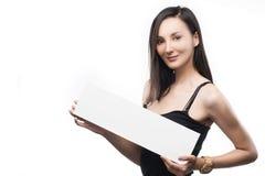 Красивая девушка держит в руке пустую белую плиту Стоковое фото RF