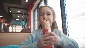 Красивая девушка есть горячую сосиску в кафе обочины Фаст-фуд в автоматической концепции перемещения акции видеоматериалы