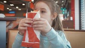 Красивая девушка есть горячую сосиску в кафе обочины Фаст-фуд в автоматической концепции перемещения сток-видео