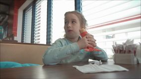 Красивая девушка есть горячую сосиску в кафе обочины Фаст-фуд в автоматической концепции перемещения видеоматериал
