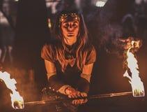 Красивая девушка играя с огнем, Hellfest Стоковое Изображение RF