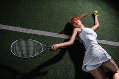 Красивая девушка играя теннис на суде стоковое фото