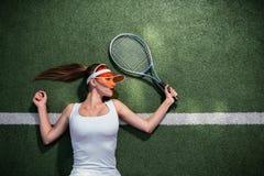Красивая девушка играя теннис outdoors стоковое изображение