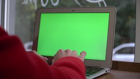 Красивая девушка идя с smartphone в моле Интернет просматривать, связывая с ее друзьями Устоичивый кулачок сток-видео