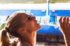 Красивая девушка имея питьевую воду потехи outdoors, порт конца-вверх стоковое фото rf