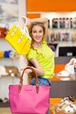 Красивая девушка и кожаные сумки в магазине стоковое фото