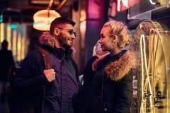 Красивая девушка и красивое положение человека в ночи на улице стоковая фотография rf