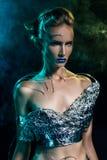 Красивая девушка киборга с шлангами вставляет вне ее кожу Стоковое Изображение
