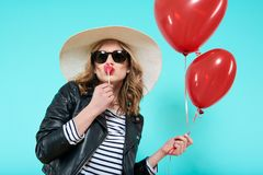 Красивая девушка коромысла в сердце кожаной куртки и шляпы лета целуя сформировала popsicle и держать сердце сформировал воздушны Стоковая Фотография RF