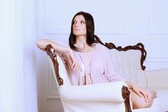 Красивая девушка лежит на софе в белье Стоковая Фотография