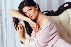 Красивая девушка лежит на софе в белье стоковые фото