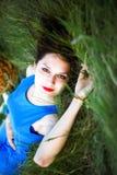 Красивая девушка лежит на траве с корзиной и хлебом Стоковое Изображение RF
