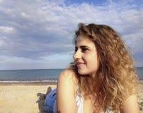 Красивая девушка лежит пляж против моря стоковые фото