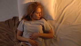 Красивая девушка наслаждаясь будить, внезапно получая вверх пониманию она последня акции видеоматериалы