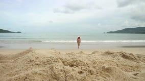 Красивая девушка наслаждаясь праздниками пляжа лета приходит в море Каникулы перемещения счастливой женщины в бикини сток-видео