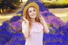 Красивая девушка на поле лаванды Красивая женщина в поле лаванды на заходе солнца сфокусируйте мягко Франция Провансаль Улыбка стоковые изображения