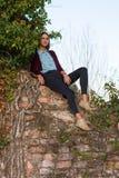 Красивая девушка на руинах стоковое фото