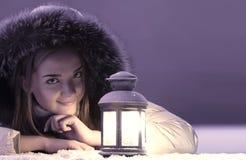 Красивая девушка на снеге зимы стоковые изображения rf