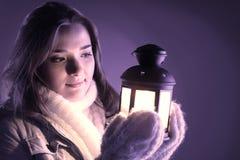 Красивая девушка на снеге зимы стоковые фото