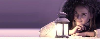 Красивая девушка на снеге зимы стоковые изображения