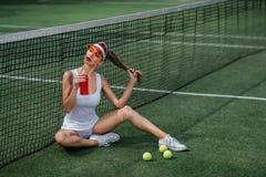 Красивая девушка на теннисном корте стоковое изображение rf