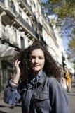 Красивая девушка на улице Парижа стоковые изображения