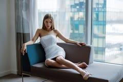 Красивая девушка около окна метрополии большие город и девушки женская красота идеальная диаграмма тоскливость и памяти стоковое фото