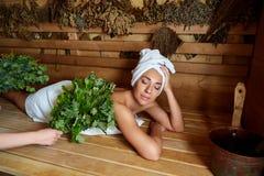 Красивая девушка ослабляя в сауне стоковое изображение rf